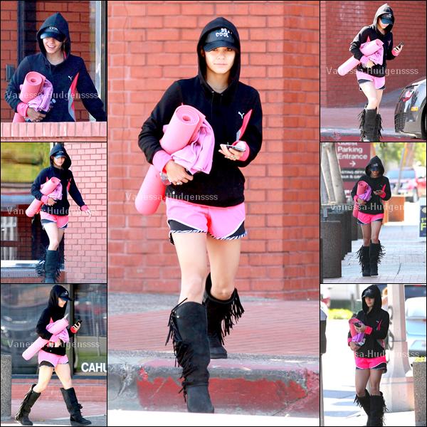 05.04.2014 : Vanessa a été photographiée lorsqu'elle se rendait à son cours de yoga à Los Angeles. BOF pour Nessa, je n'aime pas du tout ses bottes, mais j'aime bien sa veste et son short. Et vous ?