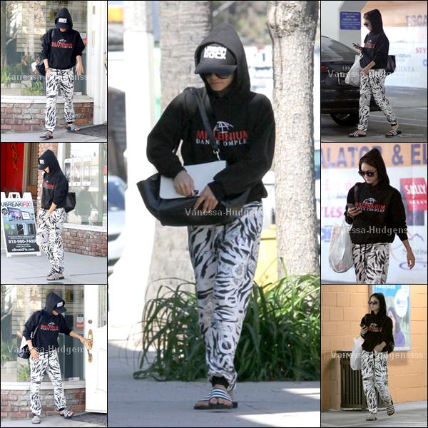 08.04.2014 : Vanessa a été vue dans les rues de L.A, toujours cachée sous sa capuche. FLOP pour sa tenue, même si j'aime bien son sac, et son pantalon aussi. Vous en pensez-quoi ?