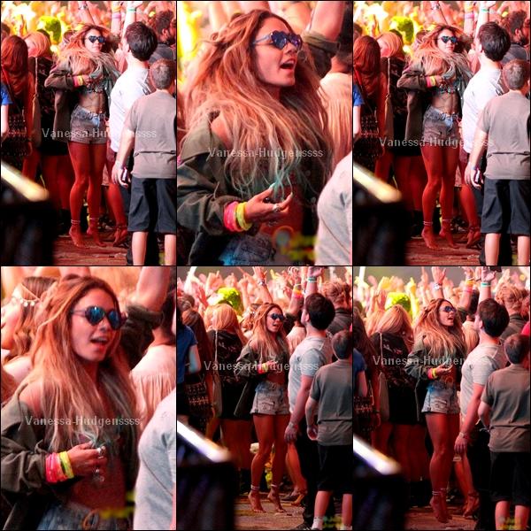 19.04.2014 : Vanessa a été vue dans la soirée, au deuxième jour du festival de Coachella. Elle a l'air de s'amuser, j'aime beaucoup ses lunettes, et vous ?