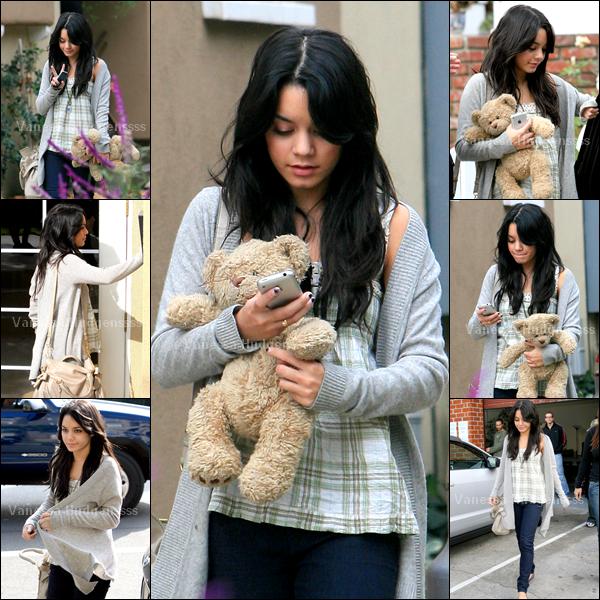[Article flash back] - 09.11.2007 : Vanessa avait été photographiée quittant sa maison. Elle était trop choux avec son nounours
