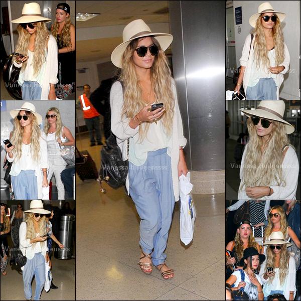 """19.05.14 : Vanessa a été photographiée lorsqu'elle arrivait au """"LAX Airport"""" à Los Angeles, avec notamment Ashley Tisdale et Kim Hidalgo. J'aime beaucoup sa tenue, TOP pour la miss. Vous en pensez quoi ?"""