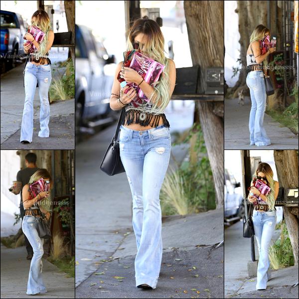 """30.05.14 : Vanessa a été vue quittant le salon de beauté """"Nine Zero One"""" dans West Hollywood. Vanessa c'est fait des mèches bleues, vous en pensez quoi ? Sinon pour sa tenue TOP"""