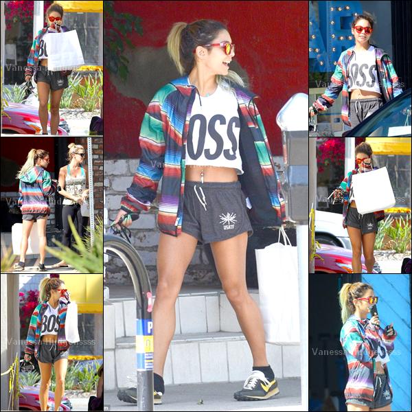 02.06.2014 : Vanessa a tout d'abord été vue retournant à sa voiture après avoir été à un cours de gym avec Laura New dans Studio City. C'est un FLOP pour ma part, il y a que le short que j'aime bien. Et vous ?