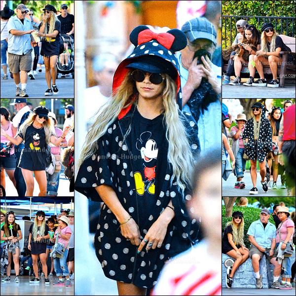03.06.2014 : Vanessa était avec sa mère Gina, son père Greg et sa s½ur Stella ainsi que Alec Holden le copain de Stella, à Disneyland. Ils ont l'air de bien s'amuser. Ça faisait longtemps que l'on avait pas vu son père