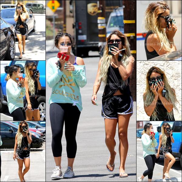 05.06.14 : Vanessa a d'abord été photographiée faisant de la randonnée dans Los Angeles. Tenue de sport, donc tenue simple. C'est un BOF pour ma part. Et vous ?
