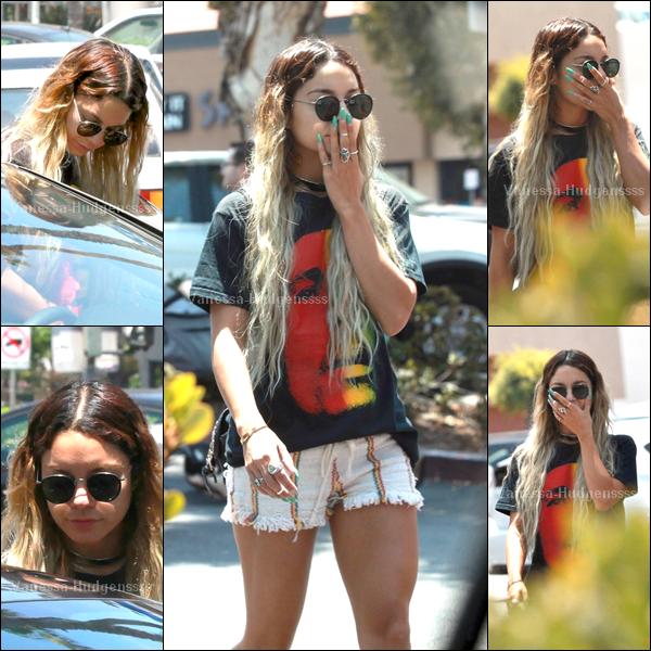 08.06.2014 : Vanessa a été vue allant faire quelques courses dans Studio City. FLOP pour Nessa, je n'aime pas du tout sa tenue. Vos avis ?