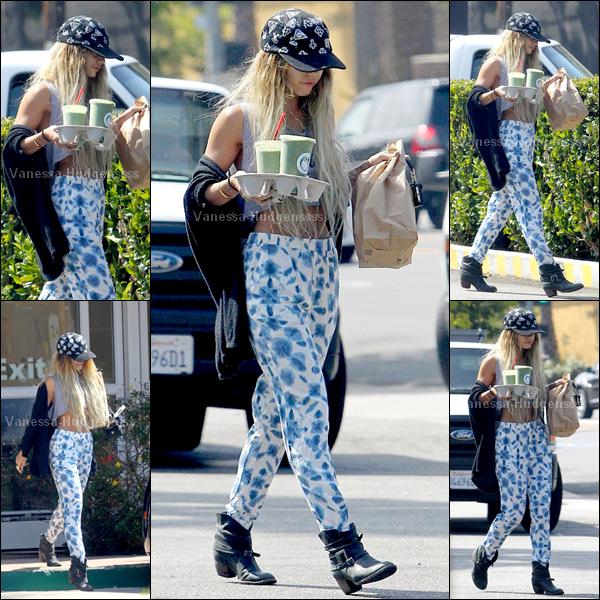 """09.06.2014 : Vanessa a été photographiée lorsqu'elle quittait """"Juice bar"""" dans Studio City. FLOP pour Vanessa, j'aime assez son pantalon mais pas avec cette tenue, et vous ?"""