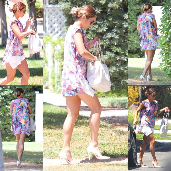 """05.07.2014 : Vanessa a d'abord été photographiée lorsqu'elle quittait un """"Starbucks"""" à Universal City. Même si j'aime pas les chaussures, le reste j'aime bien, donc petit TOP pour sa tenue, et pour vous?"""
