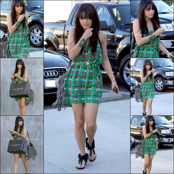 [Article flash back] - 18.01.2009 : Vanessa avait été photographiée faisant du shopping dans les rues de Los Angeles. TOP pour la miss, elle était toute mimi, même si je trouve que sa frange était un peu trop longue. Vos avis ?