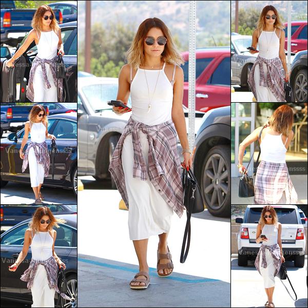 13.08.2014 : Vanessa a été vue dans les rues de Los Angeles. FLOP pour sa tenue, je n'aime pas ses chaussures, ses lunettes, ni la chemise qu'elle a mise autour de sa taille. Sa robe également, aurait été mieux un peu plus courte je trouve. Vos avis ?