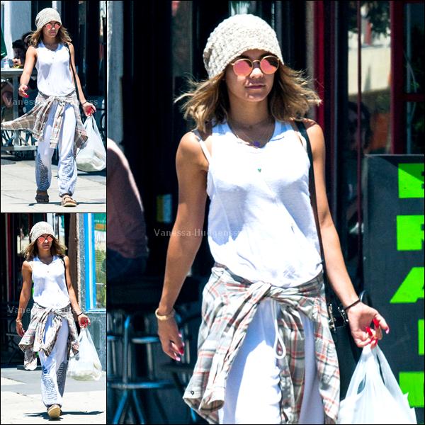 """15.08.2014 : Vanessa a tout d'abord été photographiée quittant le """"Breakroom Cafe"""" dans Studio City. FLOP pour Nessa. Je n'aime que son bonnet.. Mais ce n'est pas tellement de saison. Vos avis ?"""