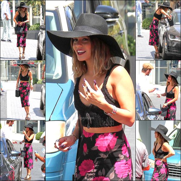 """22.08.2014 : Vanessa a tout d'abord été vue arrivant au """"Kari Feinstein's Style Lounge"""" à Los Angeles. J'aime sa tenue, je trouve que c'est un TOP. Vos avis ?"""