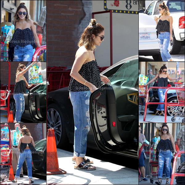 """05.09.2014 : Vanessa a été vue dans les rues de Los Angeles après avoir été faire quelques courses à """"Trader Joe's"""". J'aime bien son haut et ses lunettes, mais tout le reste je n'aime pas. FLOP pour ma part. Vos avis ?"""