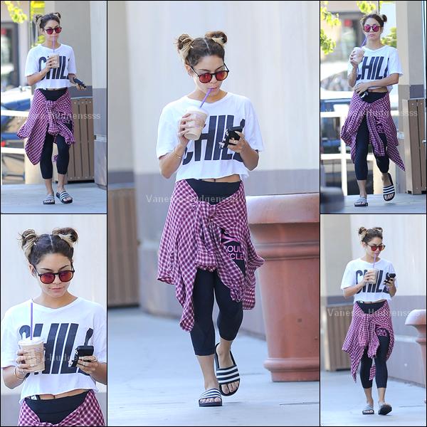 """16.09.2014 : Vanessa a été photographiée allant chez """"Coffee Bean & Tea Leaf"""" dans Los Angeles. Je n'aime pas sa tenue, je trouve que c'est un FLOP. Vos avis ?"""