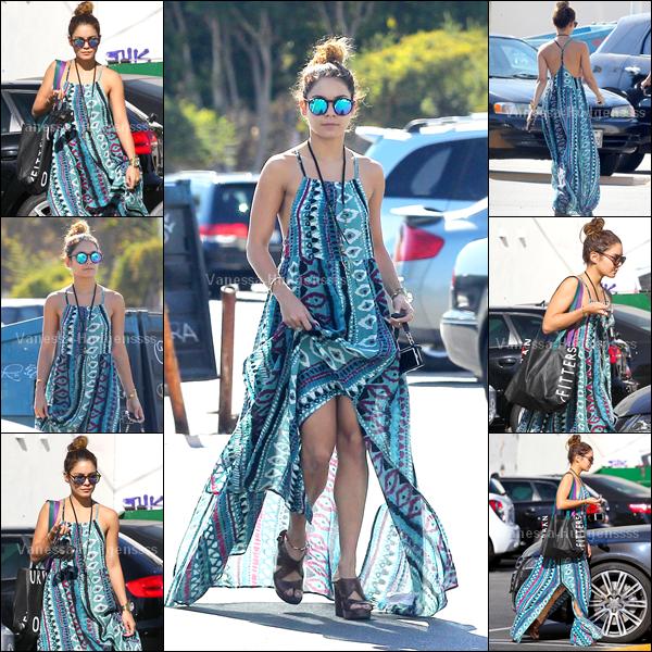 """17.09.2014 : Vanessa à été vue sortant de chez """"Aroma Cafe"""" dans Studio City. J'aime assez son haut, mais je trouve que sa tenue dans l'ensemble c'est un FLOP. Et vous ?"""