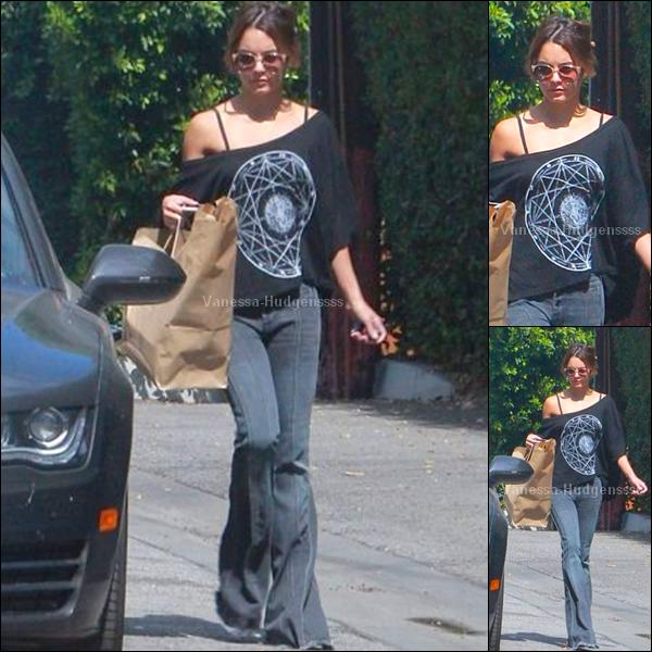 27.09.2014 : Vanessa a été aperçue dans les rues de Los Angeles. Je n'aime pas trop son pantalon, c'est un BOF. Vos avis ?
