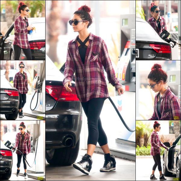 17.10.2014 : Vanessa a été photgraphiée à une station service de Los Angeles. Tenue simple, mais assez jolie, c'est un BOF pour ma part. Vos avis ?