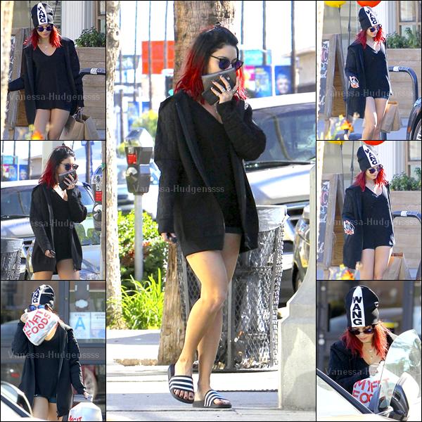 """17.11.2014 : Vanessa à été photographiée faisant quelques courses chez """"My Fit Foods"""" dans Los Angeles. Je n'aime pas trop sa tenue, surtout ses chaussures, c'est un FLOP pour ma part. Vos avis ?"""
