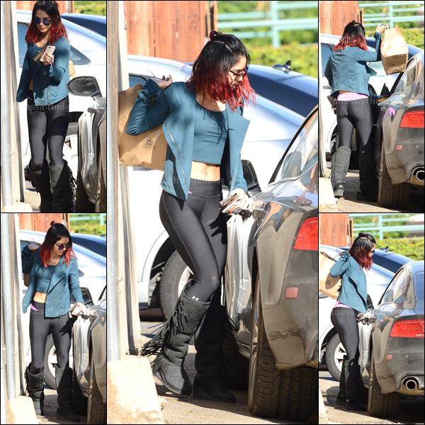 """20.11.2014 : Vanessa a d'abord été photographiée au """"WundaBar"""" où elle faisait son cours de pilates. Sa tenue est assez bien je trouve pour une tenue de sport, BOF. Vos avis ?"""