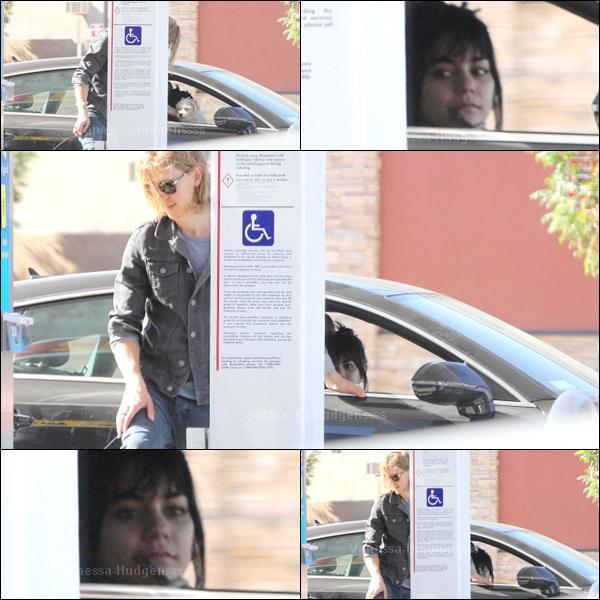 24.11.2014 : Vanessa a été aperçue a une station service de Los Angeles avec Austin Butler.