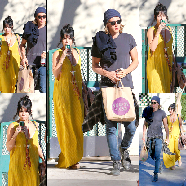 """26.11.2014 : Vanessa a été photographiée avec Austin Butler, faisant du shopping chez """"Whole Foods Market"""" dans Los Angeles. J'aime assez sa tenue, à part le collier. TOP. Vos avis?"""