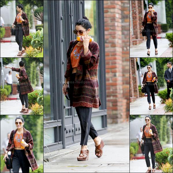 03.12.2014 : Vanessa a d'abord été photographiée dans les rues de  West Hollywood, avec le sourire aux lèvres. Ça fait plaisir à voir ! J'ai un peu de mal avec sa tenue, je n'aime que ses chaussures. BOF. Vos avis ?
