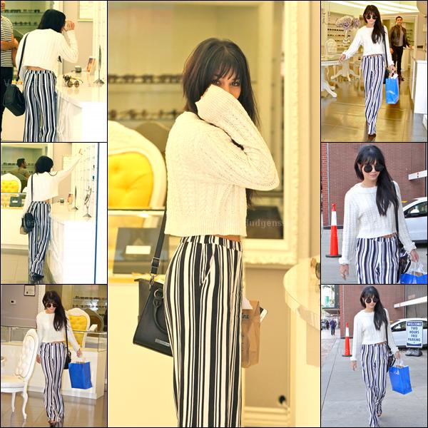 04.12.2014 : Vanessa a été photographiée lorsqu'elle faisait du shopping dans Beverly Hills. Elle s'est acheté des lunettes de soleil. Vanessa s'est mis des rajouts. Je n'aime pas du tout son pantalon, par contre j'aime bien son sac et son haut. BOF. Vos avis ?