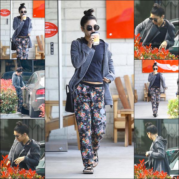 """26.02.2015 : Vanessa à tout d'abord été photographiée sortant de chez """"Intelligentsia Coffee"""". J'aime assez son pantalon, mais pas trop le reste. C'est un BOF pour ma part. Et pour vous ?"""