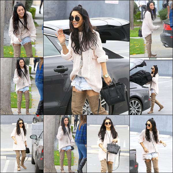 27.02.2015 : Vanessa a d'abord été photographiée dans les rues de West Hollywood. Elle est toute souriante, ça fait plaisir à voir. Concernant sa tenue j'aime beaucoup, même si je trouve que ça aurait été mieux si les bottes aurait été moins hautes. TOP. Vos avis ?