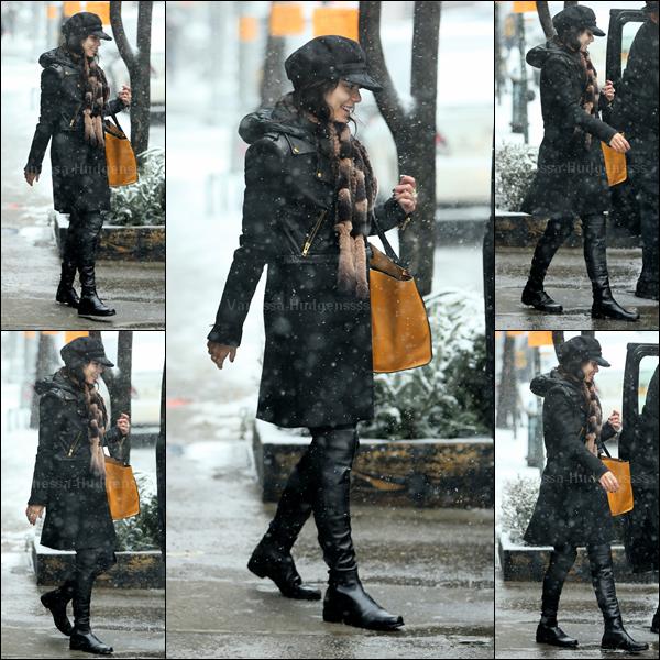 """05.03.2015 : Vanessa est de retour à New-York pour les représentations de """"Gigi On Broadway"""". Elle a été vue tout sourire se rendant aux répétitions sous la neige. Pour sa tenue je n'aime pas trop, mais je trouve que ça passe. BOF. Vos avis ?"""