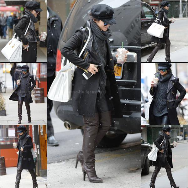 """28.03.2015 : Vanessa a été photographiée arrivant sous la pluie au """"The Neil Simon Theater"""" à New-York. J'aime bien sa tenue, mais sans plus. Par contre la casquette j'aime pas du tout. Petit TOP. Vos avis ?"""