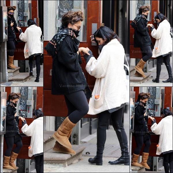 01.04.2015 : Vanessa a été aperçue avec sa soeur Stella, quittant son appartement à New-York. On ne vois pas trop la tenue de Nessa, mais elle a l'air pas mal.. J'aime beaucoup l'écharpe de Stella. Vos avis ?