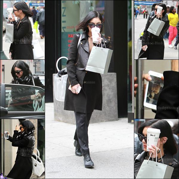 07.04.2015 : Vanessa a été vue dans les rues de New-York. J'aime bien tout le haut de sa tenue, sauf son pantalon et ses chaussures. Petit BOF. Vos avis ?