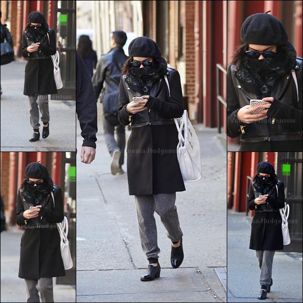 11.04.2015 : Vanessa a été photographiée sortant de son appartement à New-York. Je n'aime que sa veste, ses lunettes, son écharpe et son sac, le reste je n'aime pas du tout. FLOP. Vos avis ?