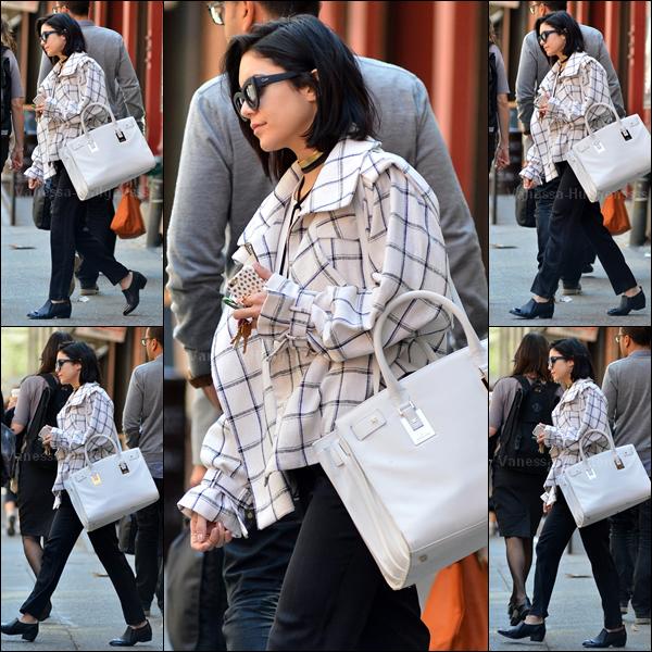 """22.04.2015 : Vanessa a d'abord été photographiée quittant son appartement à New-York. J'aime assez le haut de sa tenue, mais pas du tout le bas.. Je trouve que ça fait un peu un style """"Mickael Jackson"""". Petit BOF. Vos avis ?"""