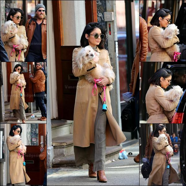 24.04.2015 : Vanessa a été photographiée quittant son appartement avec son chien Darla, à New-York. J'aime bien ses lunettes et son manteau aussi ça va, par contre ce qu'elle a en dessous n'a pas l'air terrible. BOF. Vos avis ?
