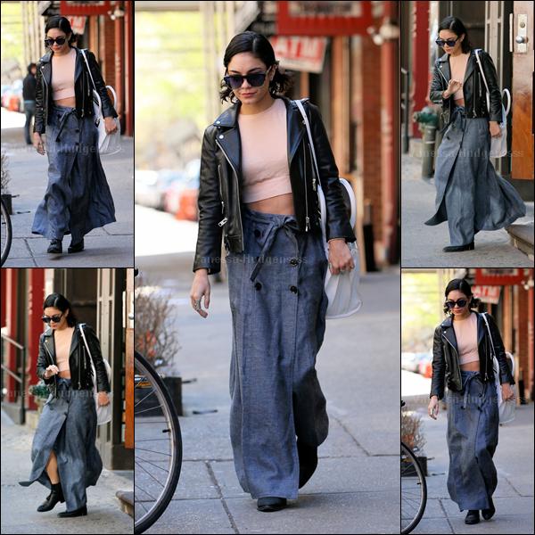 """25.04.2015 : Vanessa a été vue quittant son appartement à New-York, pour aller aux """"Neil Simon Theatre"""". J'aime beaucoup sa veste et son sac blanc, le haut rose ça passe, par contre je n'aime pas du tout le bas.. FLOP. Vos avis ?"""