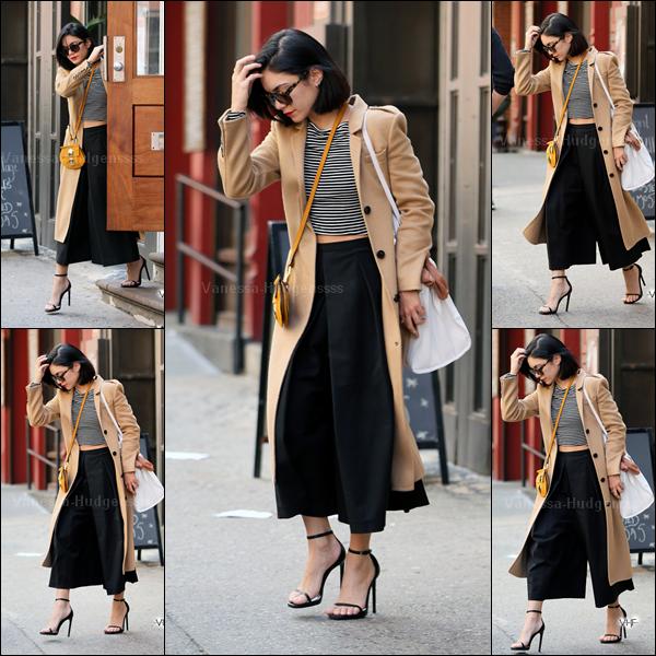 26.04.2015 : Vanessa a tout d'abord été photographiée quittant son appartement à New-York. Je n'aime pas trop ce style de pantalon, mais je trouve qu'il lui va très bien, sinon j'adore tout le reste de sa tenue. TOP. Vos avis ?