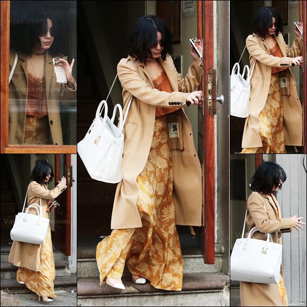 """30.04.2015 : Vanessa a été encore une fois de plus aperçue quittant son appartement pour se rendre au """"Neil Simon Theatre"""" à New-York. A la sortie de sa représentation de GIGI, Vanessa a pris le temps de faire des photos avec ses fans. Le long manteau de Nessa est un manteau Burberry. J'aime bien sa tenue, le seul bémol c'est sa jupe que je ne trouve pas belle du tout.. Elle gâche toute la tenue qui aurait pu être jolie avec autre chose, donc FLOP. Vos avis ?"""