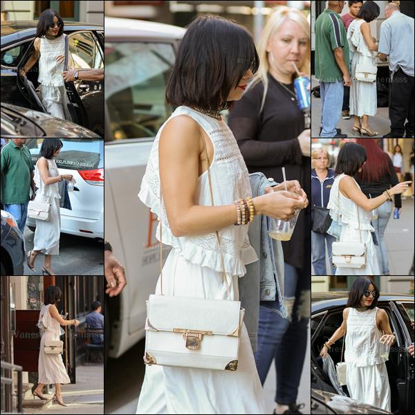 """07.05.2015 : Vanessa a été vue dans les rues de Soho à New-York. J'aime assez sa tenue, même si je trouve que ses chaussures sont un peu """"mémérisantes"""". Je trouve qu'elle lui va bien, TOP. Et pour vous ?"""