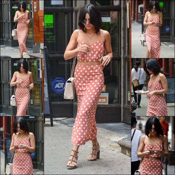 """17.05.2015 : Vanessa a été photographiée quittant son appartement à New-York, puis quittant le """"Neil Simon Theatre"""" après la représentation de GIGI. Sur les photos quand elle sort de la représentation, on peut voir que Vanessa a un bandage à la cheville droite, elle a dû se faire mal. Concernant sa tenue, j'aime bien, ça lui va bien, donc petit TOP. Vos avis ?"""