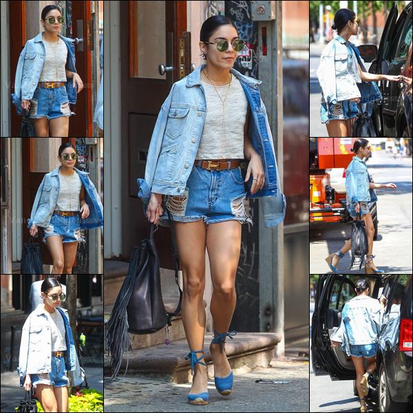 30.05.2015 : Vanessa a d'abord été photographiée promenant Darla dans New-York. J'aime bien le haut et le pantalon de sa tenue, mais je n'aime pas du tout les chaussures, donc BOF. Vos avis ?.