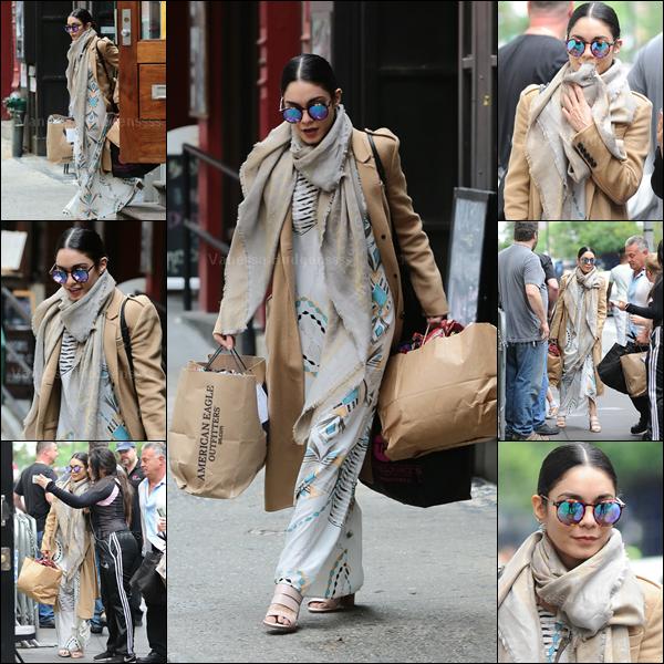 06.06.2015 : Vanessa a été photographiée quittant son appartement à New-York. Elle ne lâche plus son long manteau, qui ne vas pas trop avec le reste de sa tenue je trouve. BOF. Vos avis ?