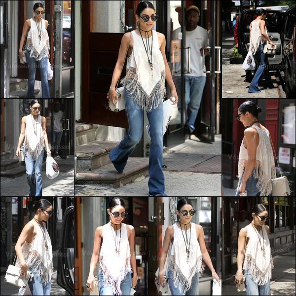 17.06.2015 : C'est une Vanessa toute souriante qui a été vue sortant de son appartement à New-York. J'aime bien sa tenue, la largeur du pantalon me dérange un peu quand même. Petit TOP. Vos avis ?
