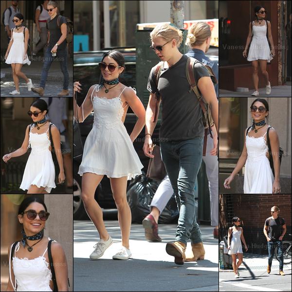 24.06.2015 : Vanessa a été photographiée se promenant dans Soho avec son chéri Austin. Ca fait longtemps que l'on ne les avait pas vu ensemble ! Vanessa est toute souriante, ça fait plaisir à voir. Concernant sa tenue j'aime assez, petit TOP. Vos avis ?