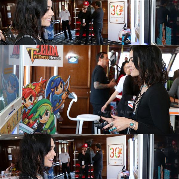 """10.07.2015 : Vanessa a d'abord été photographiée arrivant au """"Comic-Con"""" à San Diego, avec Austin. Je n'aime pas trop sa tenue, même si je trouve que ça passe. BOF. Vos avis ?"""