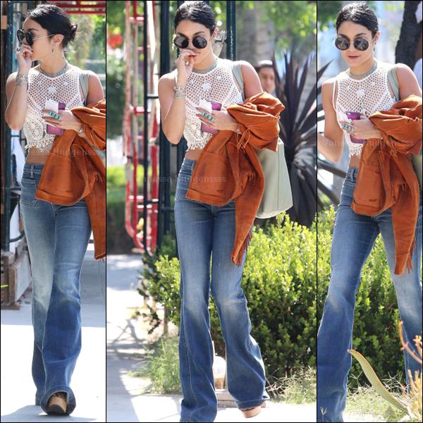 """16.07.2015 : Vanessa a tout d'abord été aperçue se rendant au salon de coiffure """"Nine Zero One"""", à Los Angeles. J'aime bien sa tenue, surtout ses lunettes. Le pantalon patte d'éléphant ce n'est pas trop mon style, mais ça lui va bien. TOP pour la belle. Vos avis ?"""