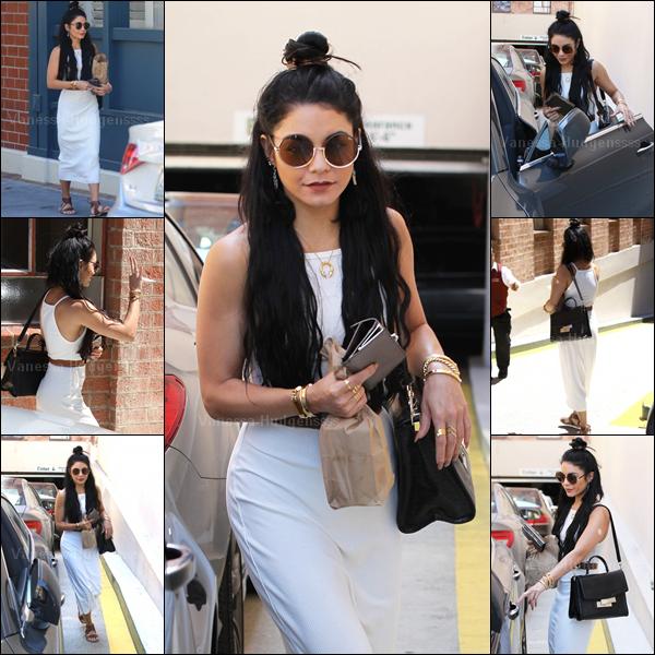 23.07.2015 : Vanessa a été photographiée quittant un rendez-vous médical à Beverly Hills. Je n'aime pas trop sa tenue, à part les lunettes qui sont originales et j'aime bien. BOF. Vos avis ?