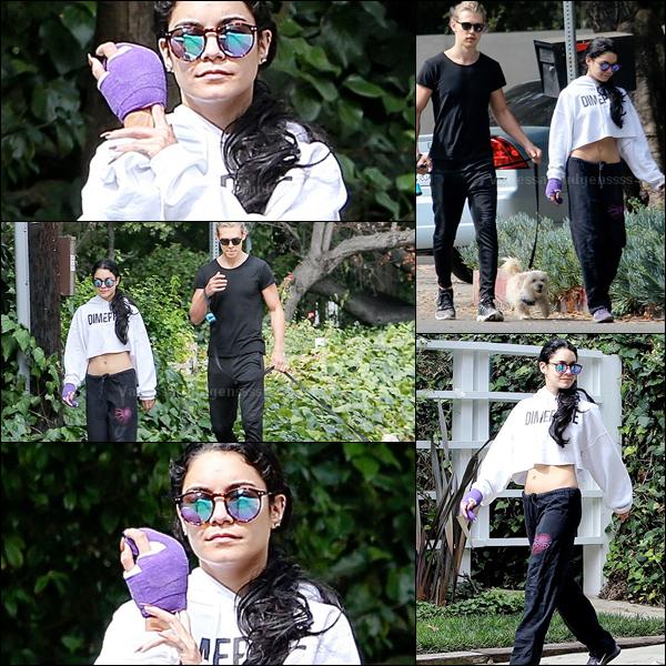 11.08.2015 : Vanessa a été photographiée se promenant dans Los Angeles avec Austin et Darla. Vanessa s'est cassée un doigt, c'est pour cela qu'elle a une attelle à la main. Concernant sa tenue je n'aime pas du tout. FLOP. Vos avis ?