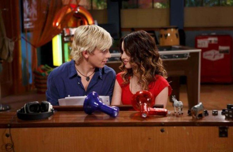 #49 « J'aime beaucoup de choses à propos d'Ally. J'aime écrire des chansons avec elle, j'aime pouvoir lui parler de tout, j'aime son sourire et sa façon de rire et j'aime vraiment quand on joue du piano et que ma main touche accidentellement la sienne. J'ai le sentiment que personne, même pas Kira, ne peut me faire sentir.... oh, j'aime Ally ! »